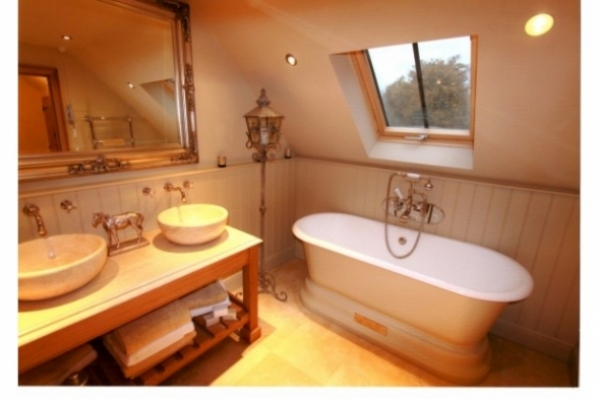How Can More Space Be Created In A Small Bathroom?
